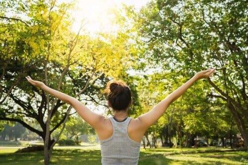 En fri kvinne i naturen