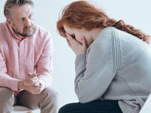 En kvinne gråter hos psykologen