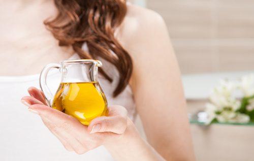 En kvinne med olivenolje