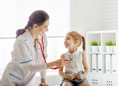 Et barn hos legen