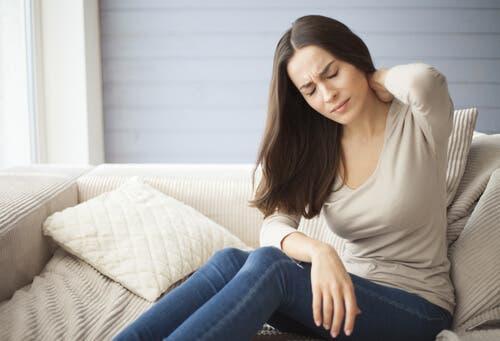 En kvinne med ryggsmerter