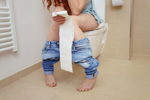 En kvinne på toalettet