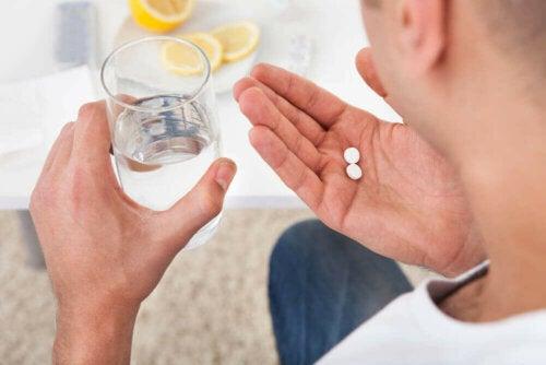 En mann tar medisiner