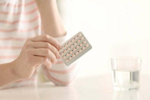 En kvinne som tar p-piller.