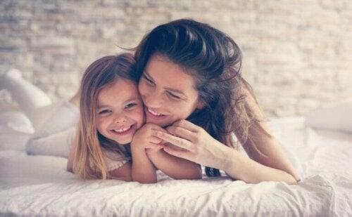 Utviklingen av personligheten: En mor som ligger i sengen sammen med datteren sin