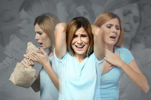 Kvinne som har et panikkanfall.