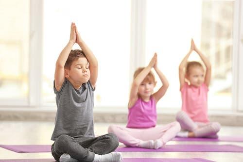 Tre fantastiske fordeler med yoga for barn