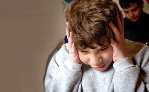 Barn holder for ørene - tegnene på autisme