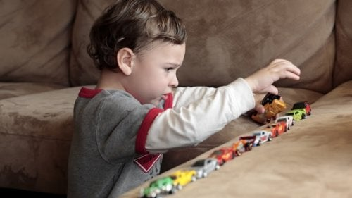 Barn med lekebiler