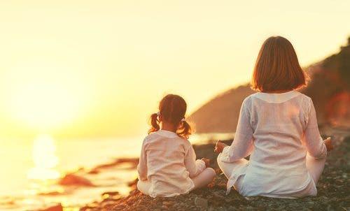 barn som mediterer