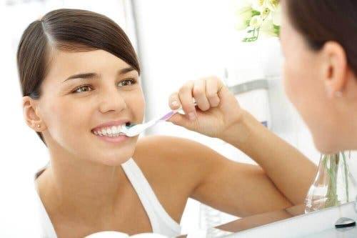 Jente som pusser tennene.