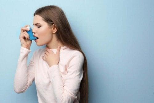 Kvinne med inhalator