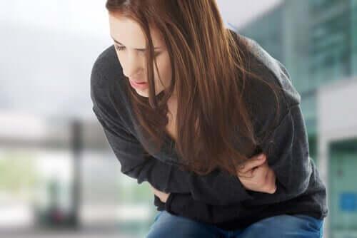 Kvinne med smerter.