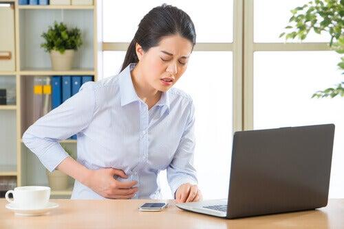 Kvinne med vondt i magen