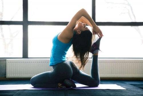 Kvinne utøver yoga