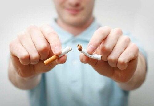 Mann knekker en sigarett