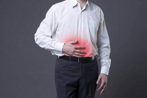 Mann med vondt i magen.