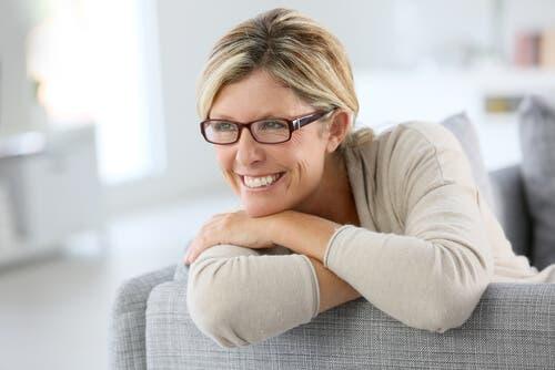 En kvinne som smiler