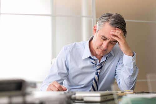 Stresset mann på kontoret
