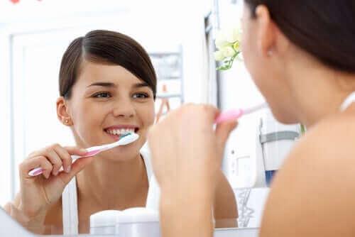 En kvinne pusser tennene