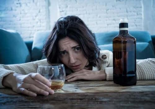 En kvinne drikker alkohol