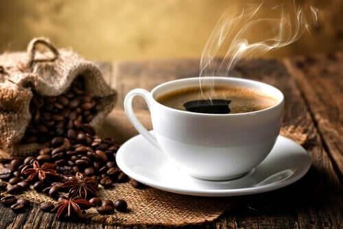 En kaffekopp ved siden av en pose kaffebønner