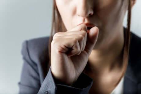 En kvinne som hoster