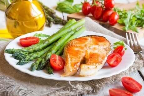 En tallerken med fisk og asparges