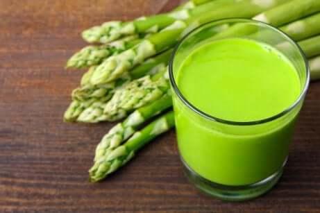 Siden den hovedsakelig består av vann, letter asparges fjerning av væsker.