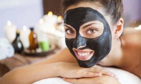 Sort ansiktsmaske mot urenheter