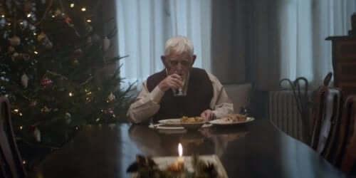 Eldre mann spiser alene