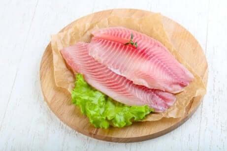 fisk på et skjærebrett