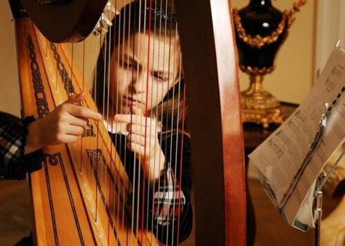 Jente som spiller harpe - musikkterapi
