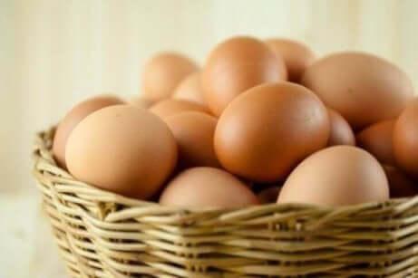 kurv med brune egg