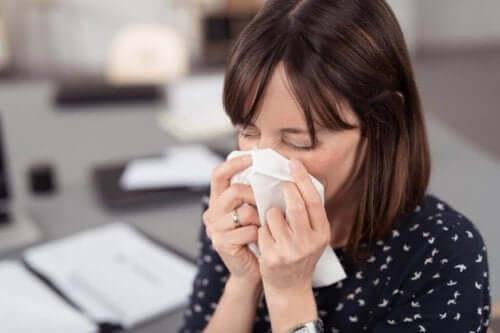 Kvinne med allergier