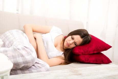 Kvinne med menstruasjonssmerter