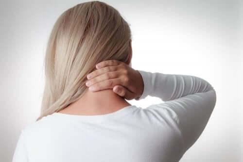 Kvinne med stiv nakke