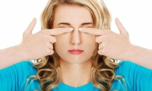 Kvinne som slapper av i øynene.