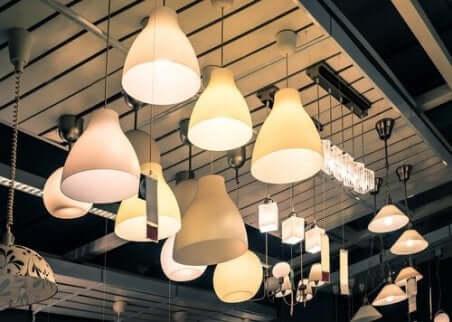 lamper som henger inne i en lampeforretning