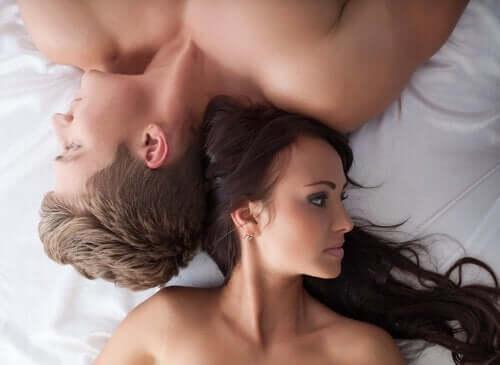 Par som ligger i sengen.
