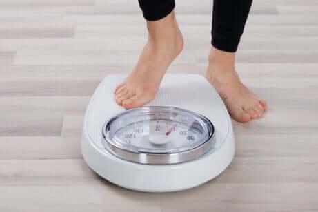 Person går på vekten - sunne matvarer kroppen din vil takke deg for