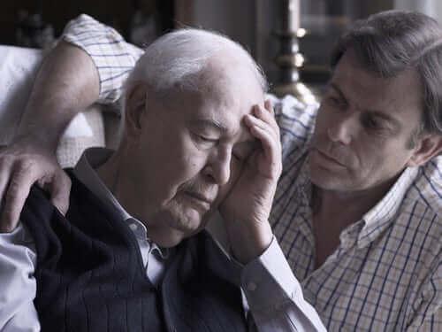 En mann som trøster en eldre mann