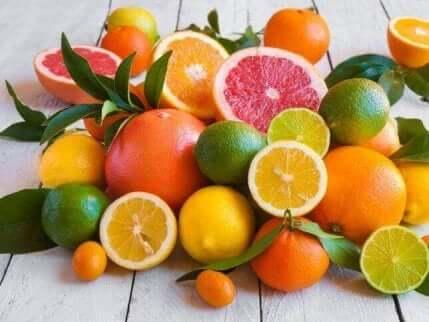 sitrusfrukt spredt ut på et bord