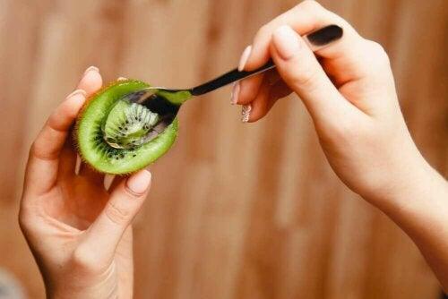 Spise kiwi med skje.