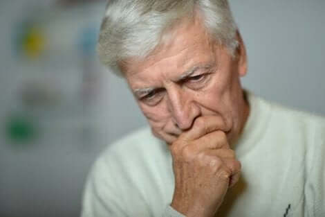 Trist eldre mann