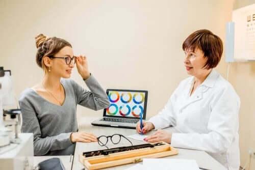 En kvinne hos øyelegen