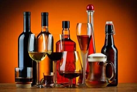 Alkoholholdige drinker. Å drikke mye kan forårsake høy urinsyre.