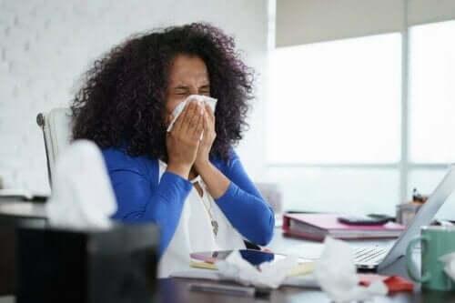 En kvinne med influensa.