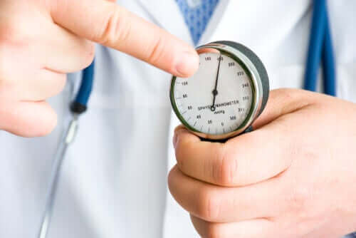 En lege som måler blodtrykk.