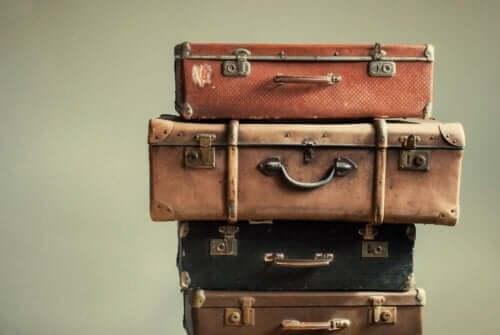 Gamle kofferter stablet oppå hverandre.